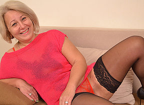 Hot mature missis still loves to play with herself