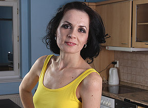 Mature housewife still likes to work out that cunt