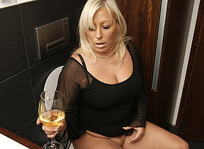 Fat blonde missis getting juicy