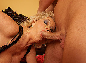 This horny mommy gets her weekly creampie