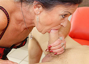 Milf gets creampie in face