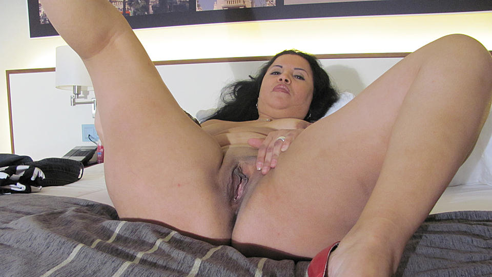 Kinky Mature Slut Playing On Her Bed With A Dildo Sex And Granny