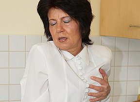 mature pussy getting her slit fisted by a nice teen