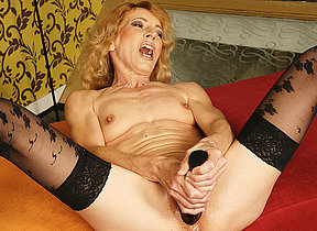 Kinky mama getting fisted by a horny cutie