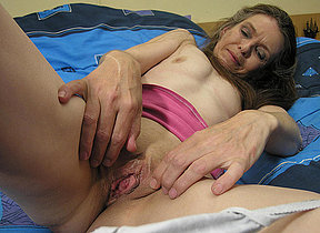 Mature whore playing on her bed