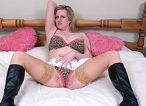 Blonde mature hussy getting very wet on her bed