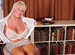 Hot American granny shows great rack and gets herself juicy