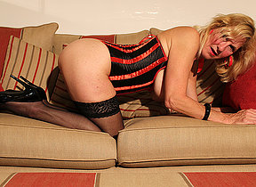 British mature hussy playing with her cunt