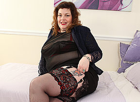 Horny British Mature BBW playing with herself
